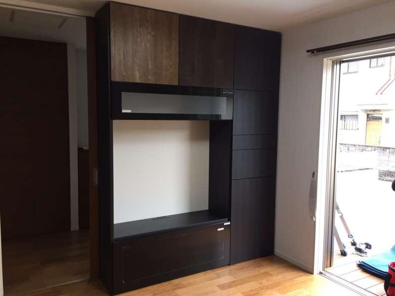 狭いスペース(W=1800)でそのうち半分は引き戸の戸袋部。900巾の棚しかできないと半分あきらめていたそうで、このように納まり大感激。背部分には1220×2400板を貼り付けてあります。