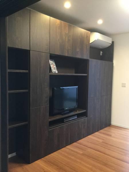 家を建てて親兄弟・友人知人が来てくれますが、リビングに設置したこの家具は一番自慢できる(奥様が設計)ところ、とはご主人のお話です。 クーラー位置を家具の中に取り込んだ設計で障害物を見事に一体化しています。
