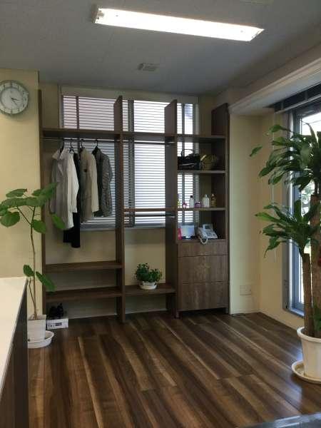 弊社展示場にリニューアル空間として床材とシェルフを設置しました。 来所された女性のお客様が独立されたお子様の部屋を自分専用の部屋をこのように リニューアルしたいと言われます。